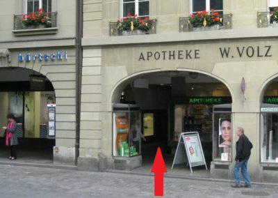 Der Eingang ist zwischen Optiker Bärtschi und Apotheke